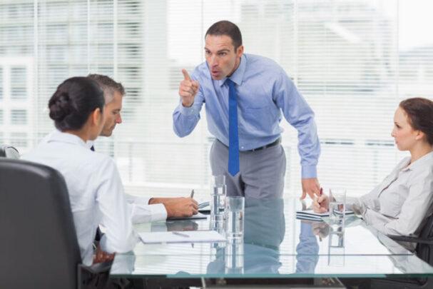 Männer unterbrechen Frauen überproportional oft in Meetings  Nie wieder sprachlos – Der souveräne Umgang mit Mansplaining und Manterrupting. Exklusiv für Frauen   Depositphotos 29457165 xl 2015 e1634304060205 körpersprache blog Blog Depositphotos 29457165 xl 2015 e1634304060205